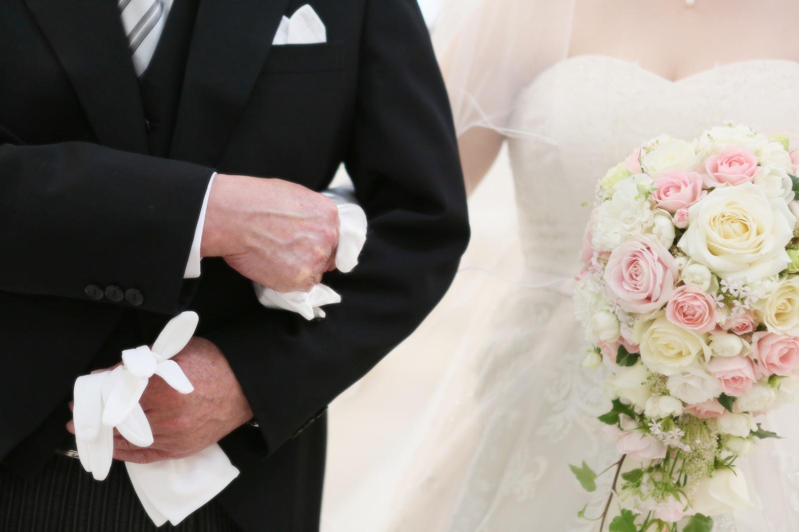 徳島市の結婚式場ブランアンジュでお父様の腕を組み入場する新婦