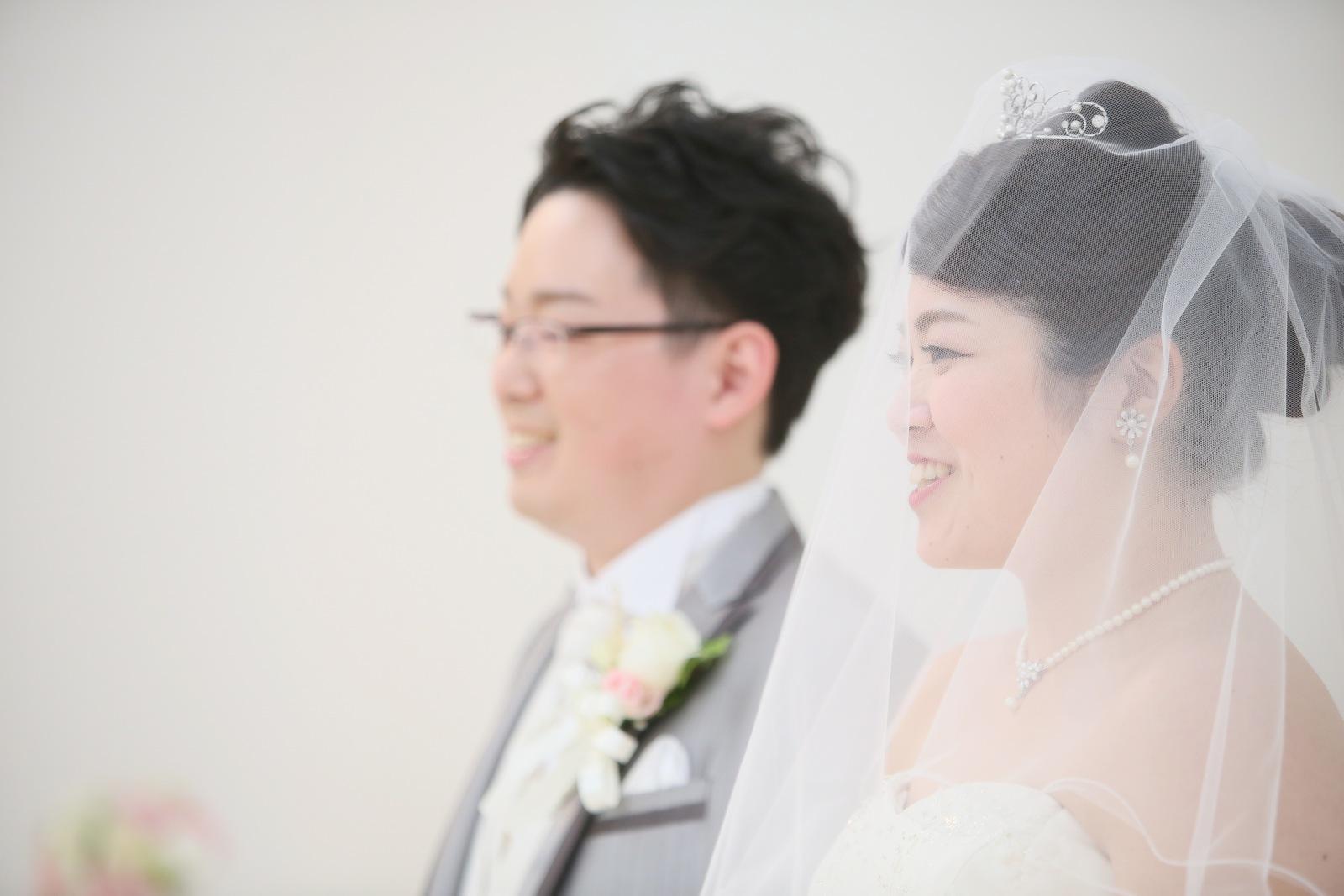 徳島市の結婚式場ブランアンジュのチャペルに入場する新郎新婦