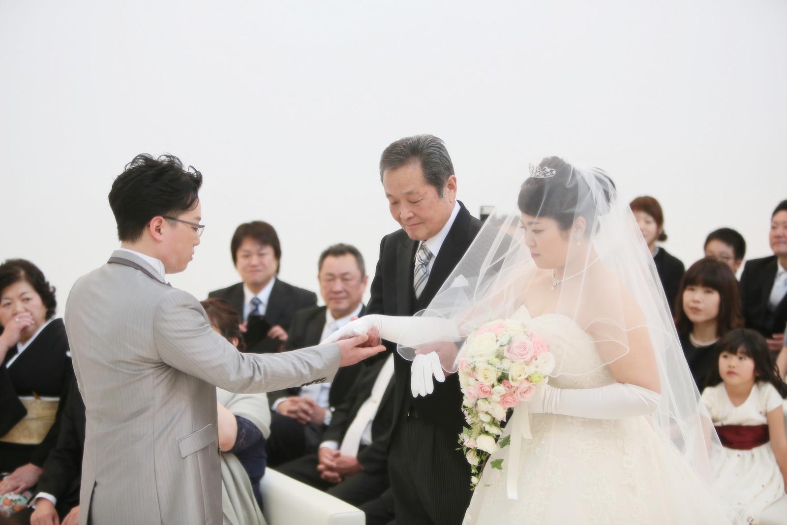 徳島市の結婚式場ブランアンジュでお父様から新郎へバトンタッチ