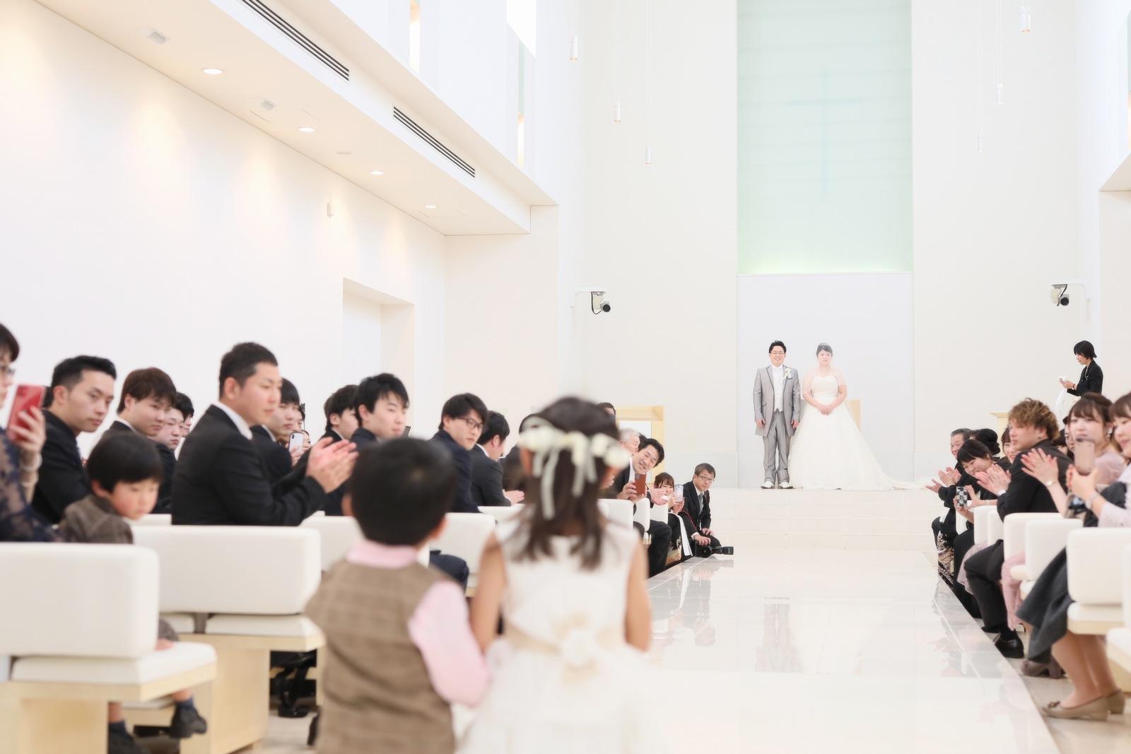 徳島市の結婚式場ブランアンジュで新郎新婦に指輪を運ぶリングボーイ・リングガール