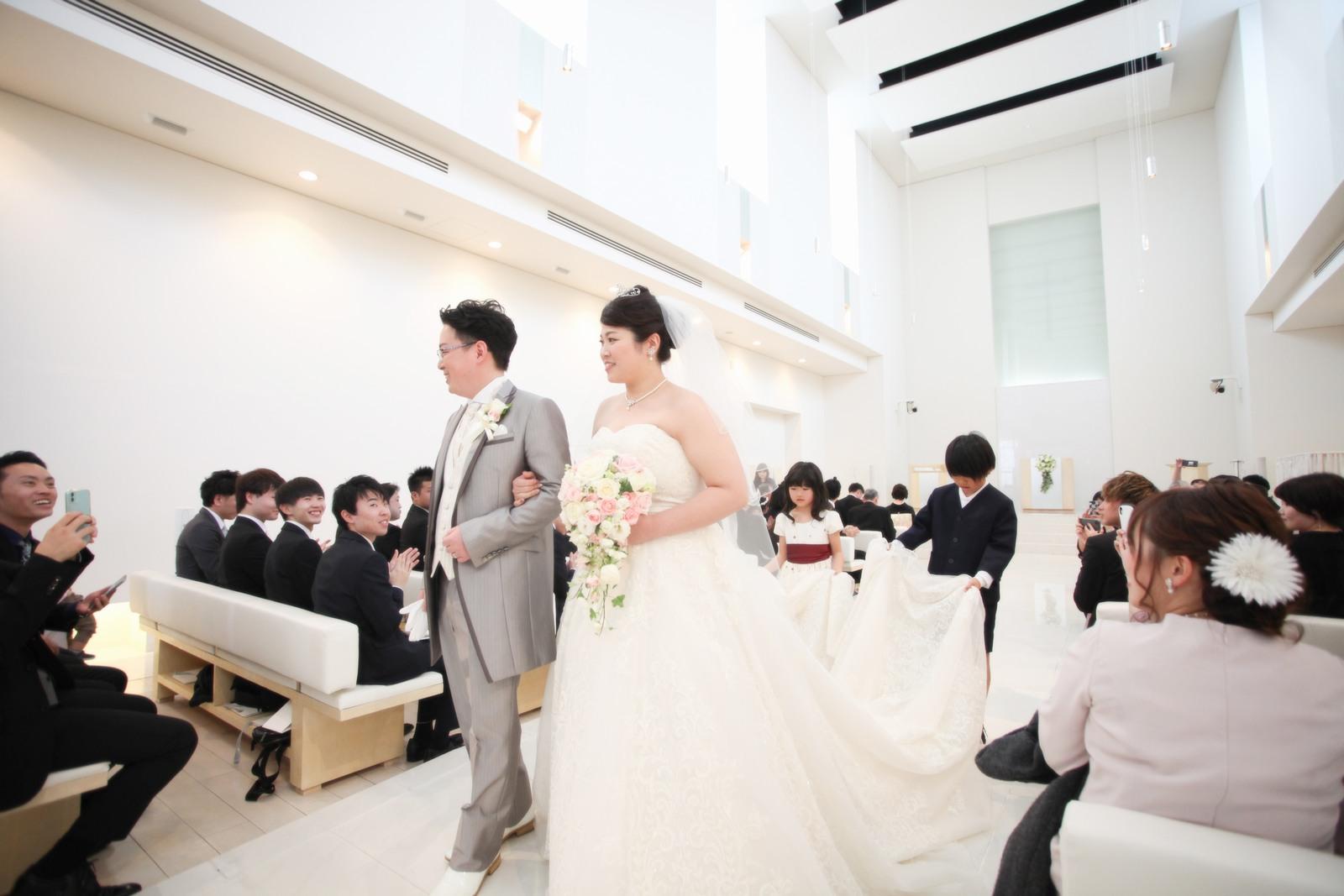 徳島市の結婚式場ブランアンジュでゲストから祝福を受けながら退場する新郎新婦