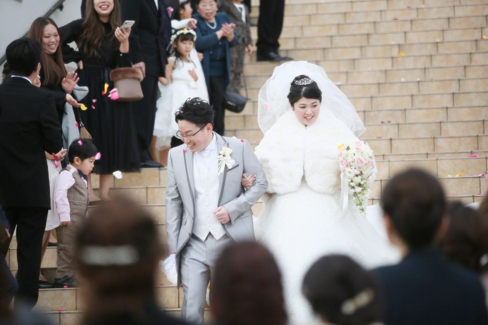 徳島市の結婚式場ブランアンジュの大階段で祝福のフラワーシャワー