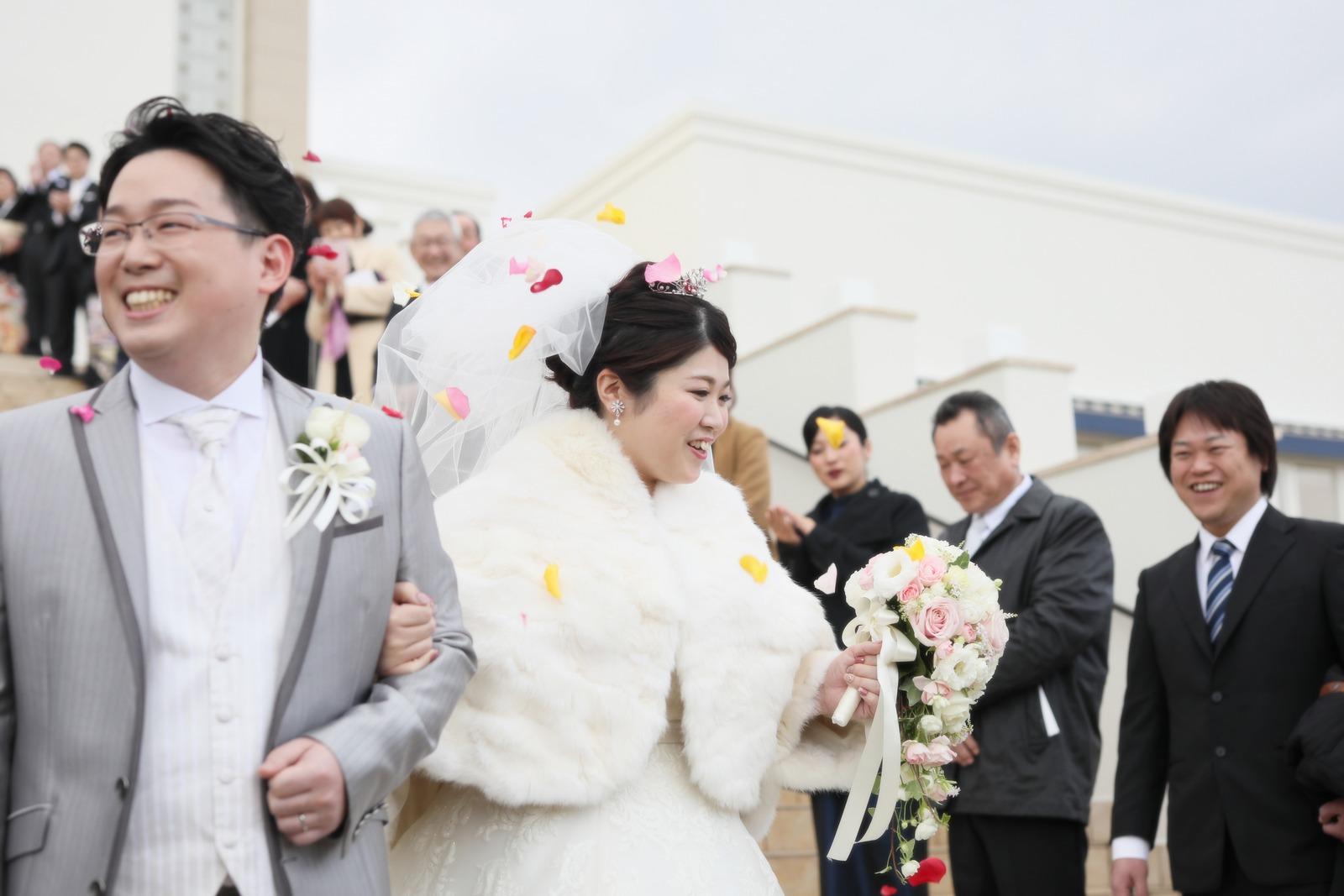 徳島県の結婚式場ブランアンジュでゲストから祝福され笑顔の新郎新婦