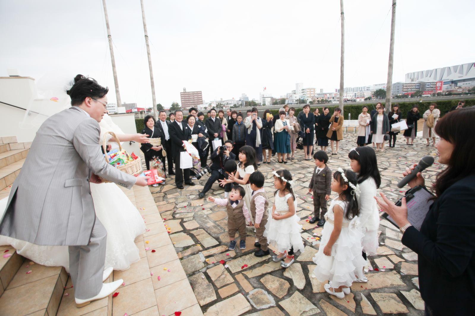 徳島市の結婚式場ブランアンジュで新郎新婦委からプレゼントを受け取るゲストの子どもたち