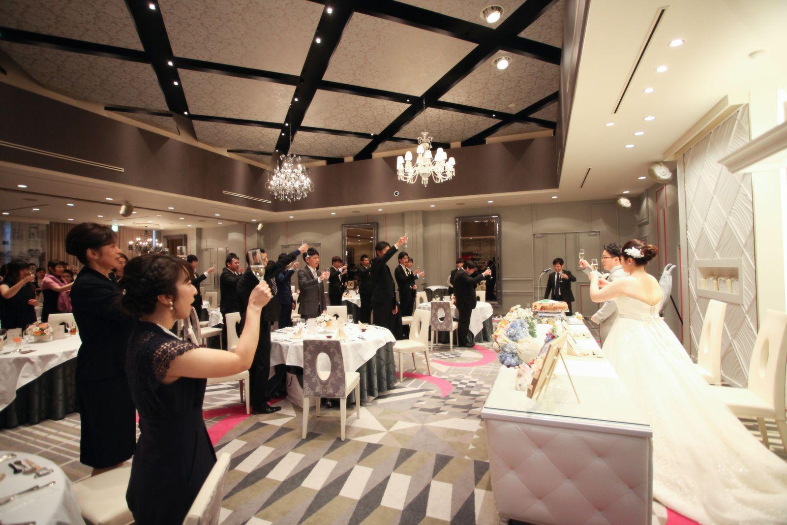 徳島県の結婚式場ブランアンジュの披露宴会場で乾杯する様子