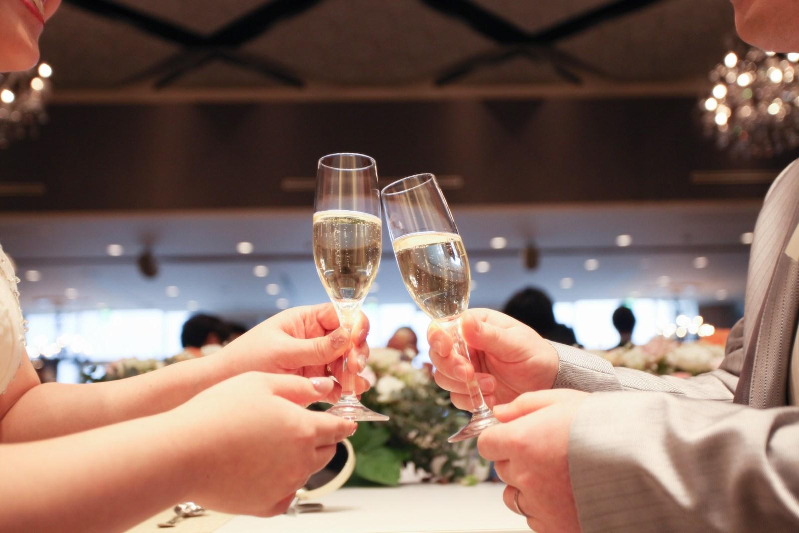 徳島市の結婚式場ブランアンジュの披露宴会場で乾杯のグラスを合わせる新郎新婦