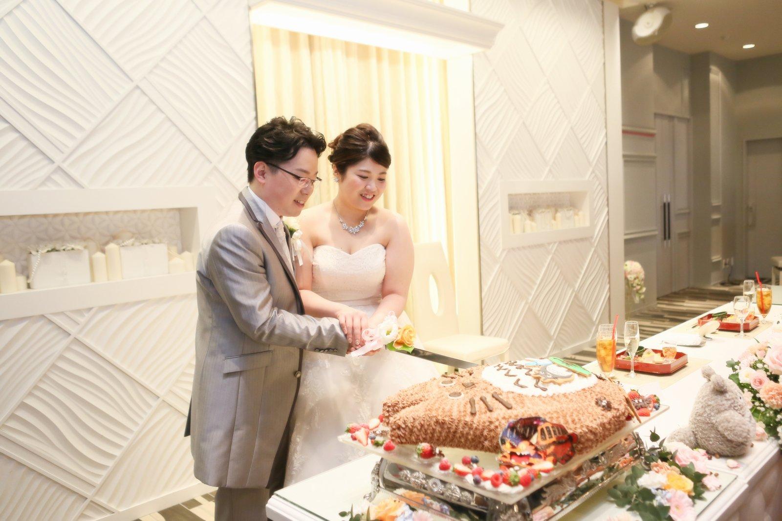 徳島市の結婚式場ブランアンジュの披露宴会場でウエディングケーキ入刀している新郎新婦