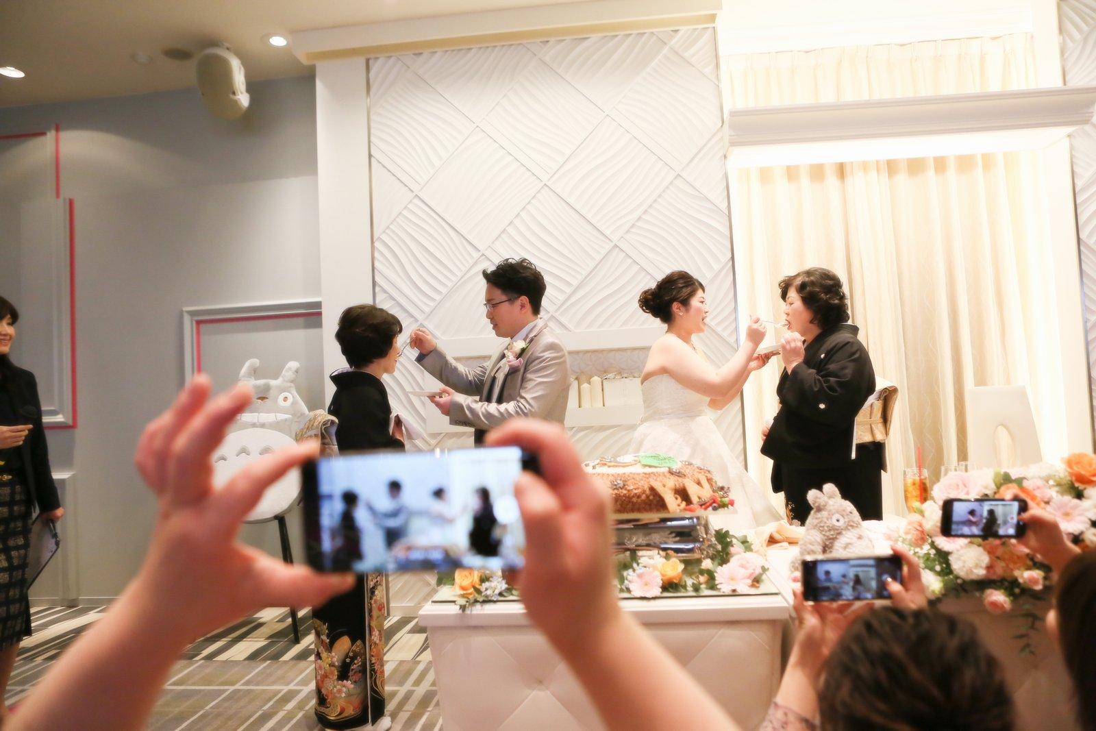 徳島市の結婚式場ブランアンジュでサンクスバイトをする新郎新婦と両家母