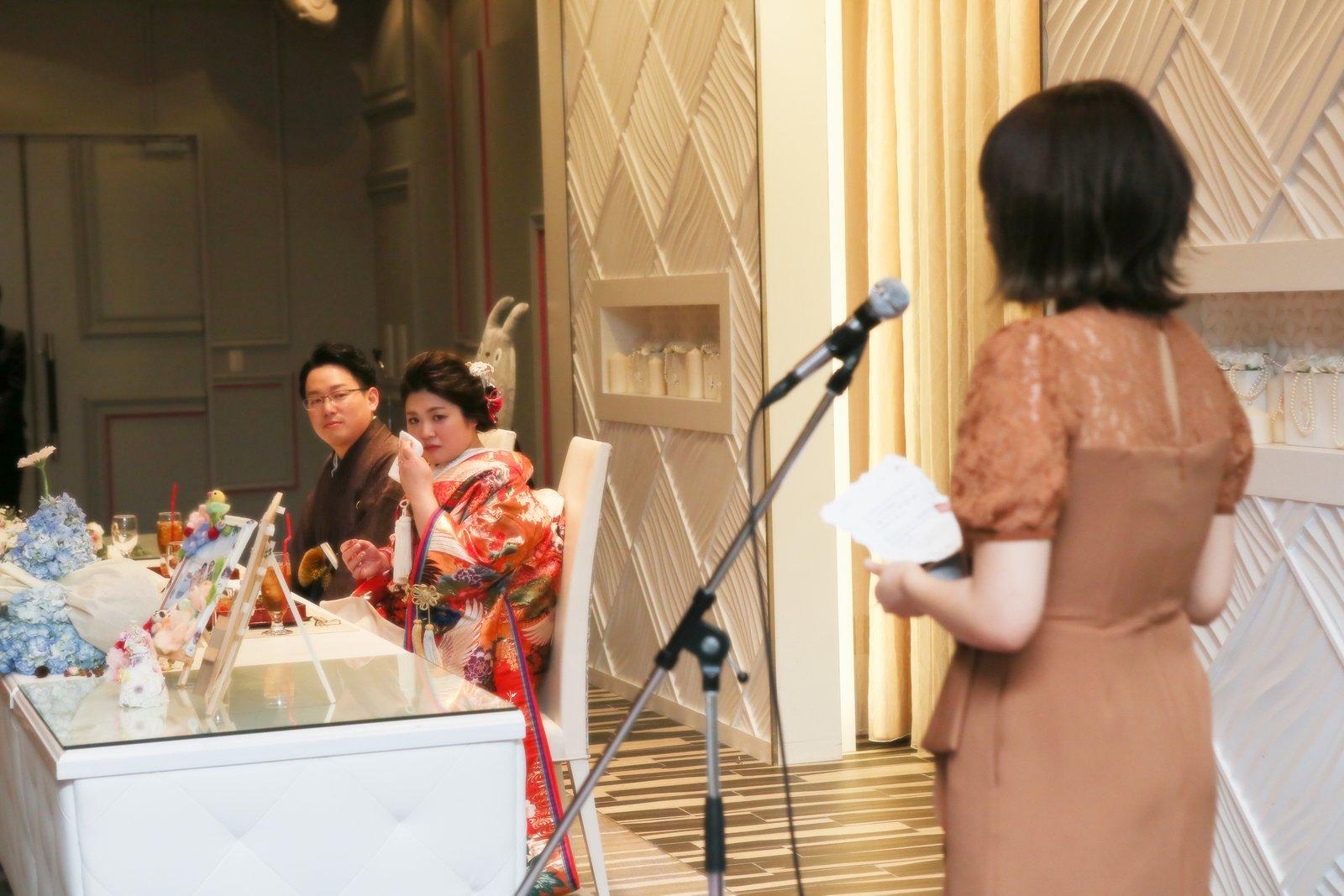 徳島県の結婚式場ブランアンジュでゲストからのスピーチに涙する新婦