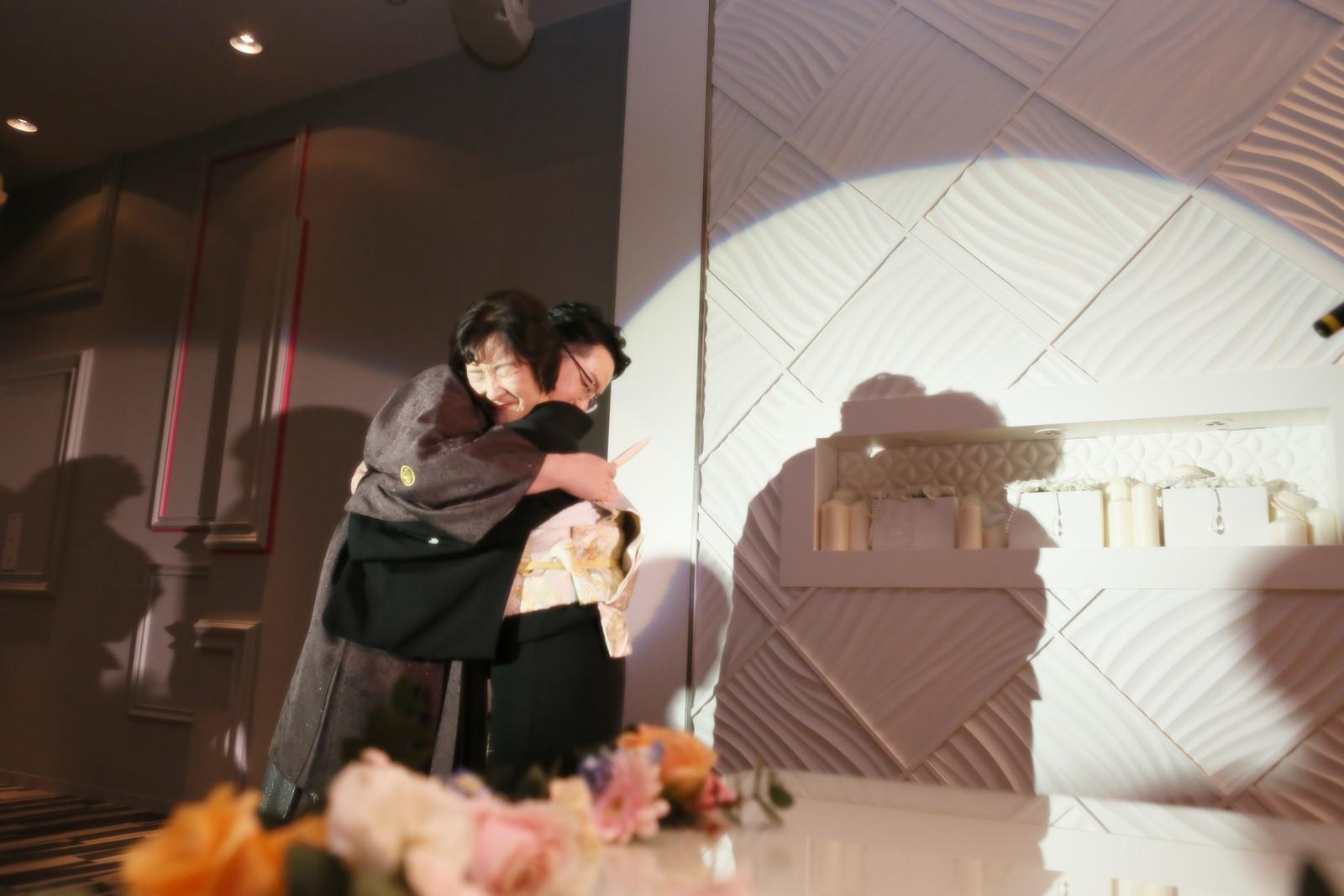 徳島県の結婚式場ブランアンジュで母と抱き合う新郎