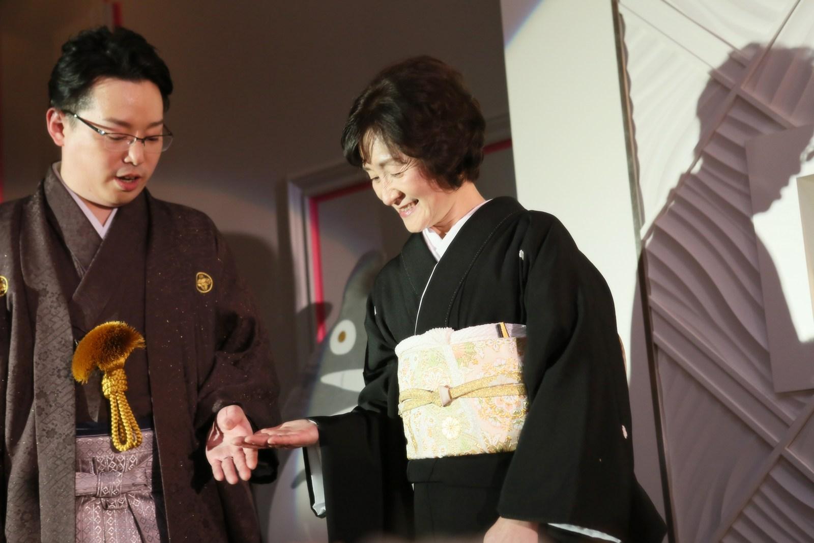 徳島市の結婚式場ブランアンジュで新郎の退場をエスコートするお母様