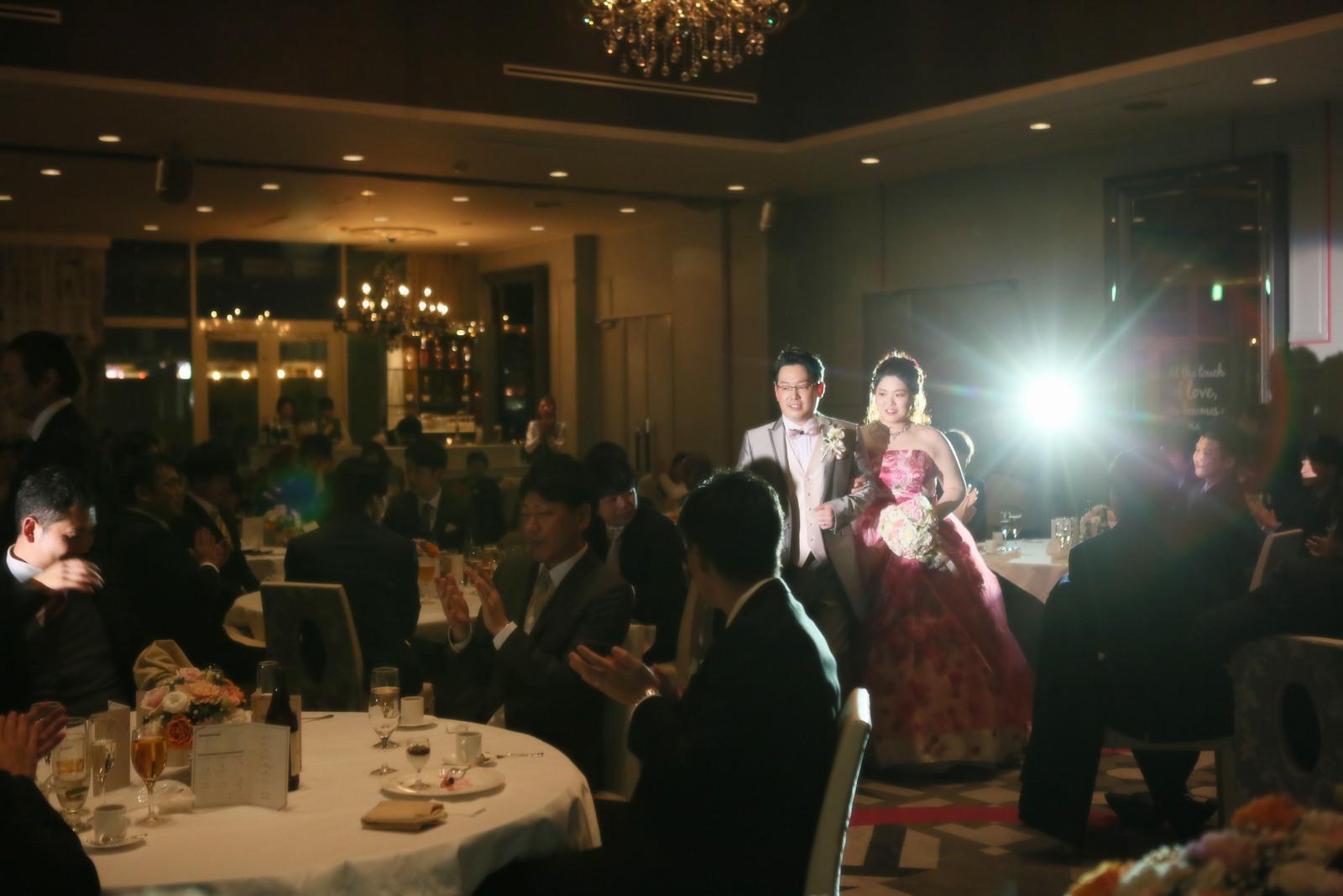 徳島県の結婚式場ブランアンジュの披露宴でお色直し入場する新郎新婦