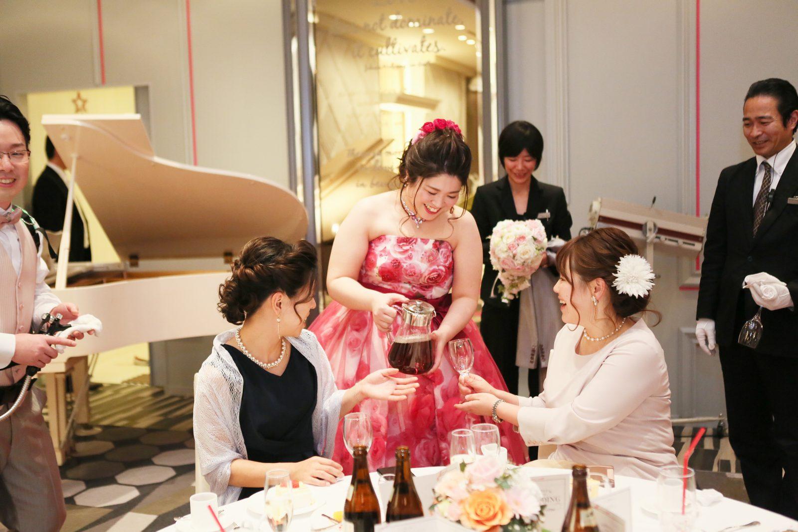 徳島市の結婚式場ブランアンジュでゲストにドリンクサーブをする新婦