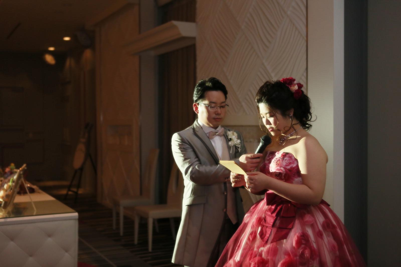 徳島県の結婚式場ブランアンジュで親御様へ感謝の手紙を読む新婦