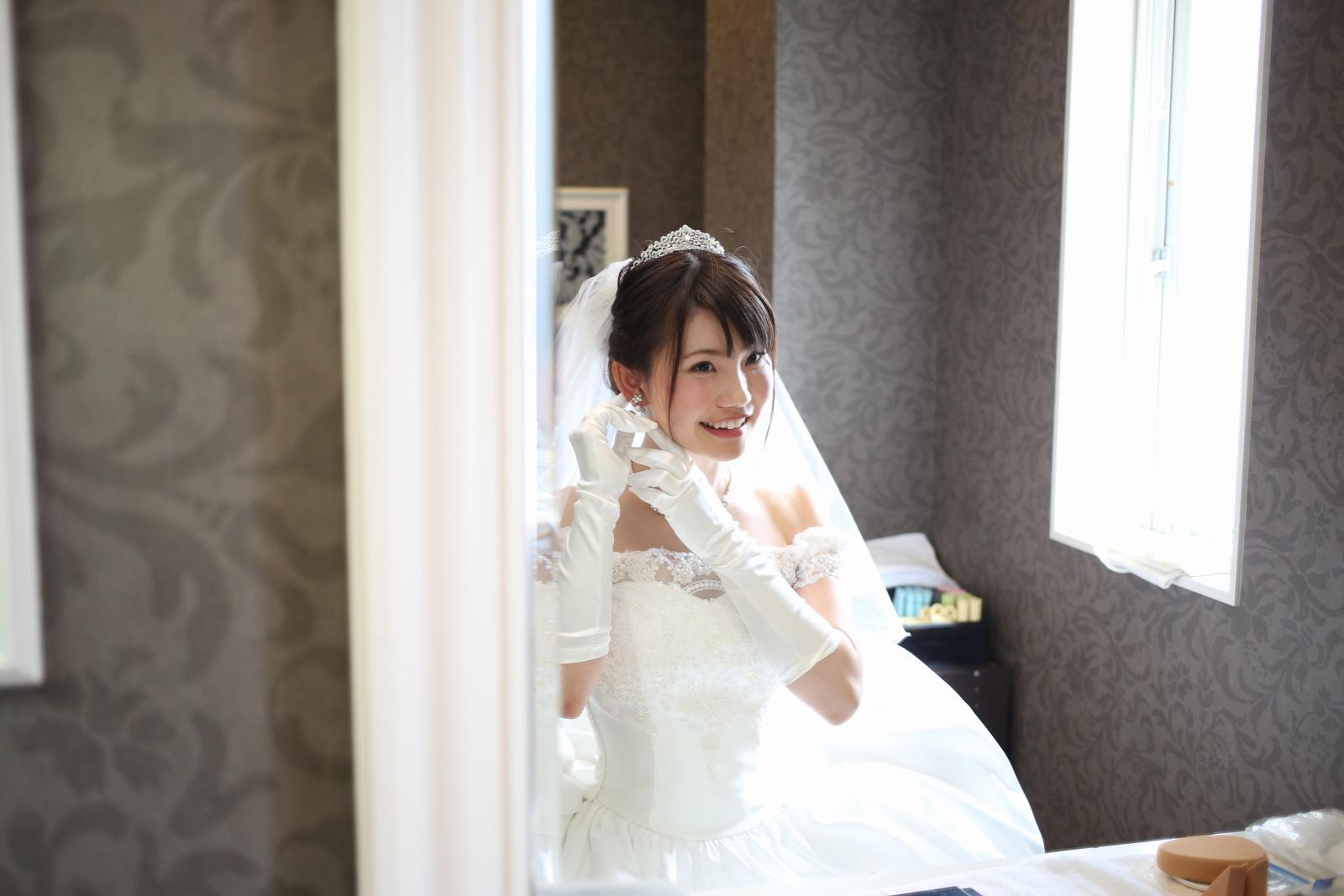 徳島市の結婚式場ブランアンジュで控え室でメイクや支度を整えながら笑顔の新婦