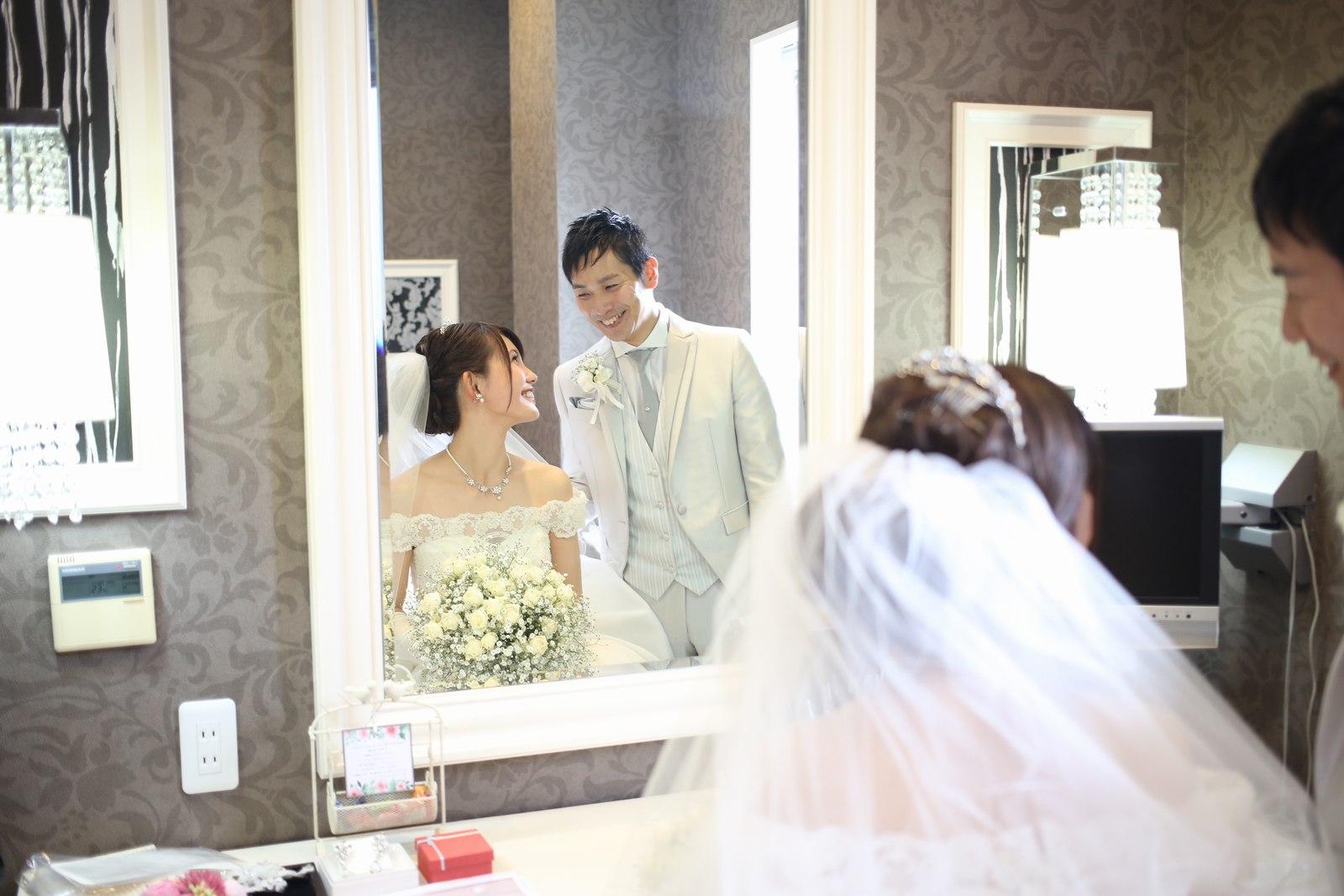 徳島市の結婚式場ブランアンジュで控室で仲良く話す新郎新婦