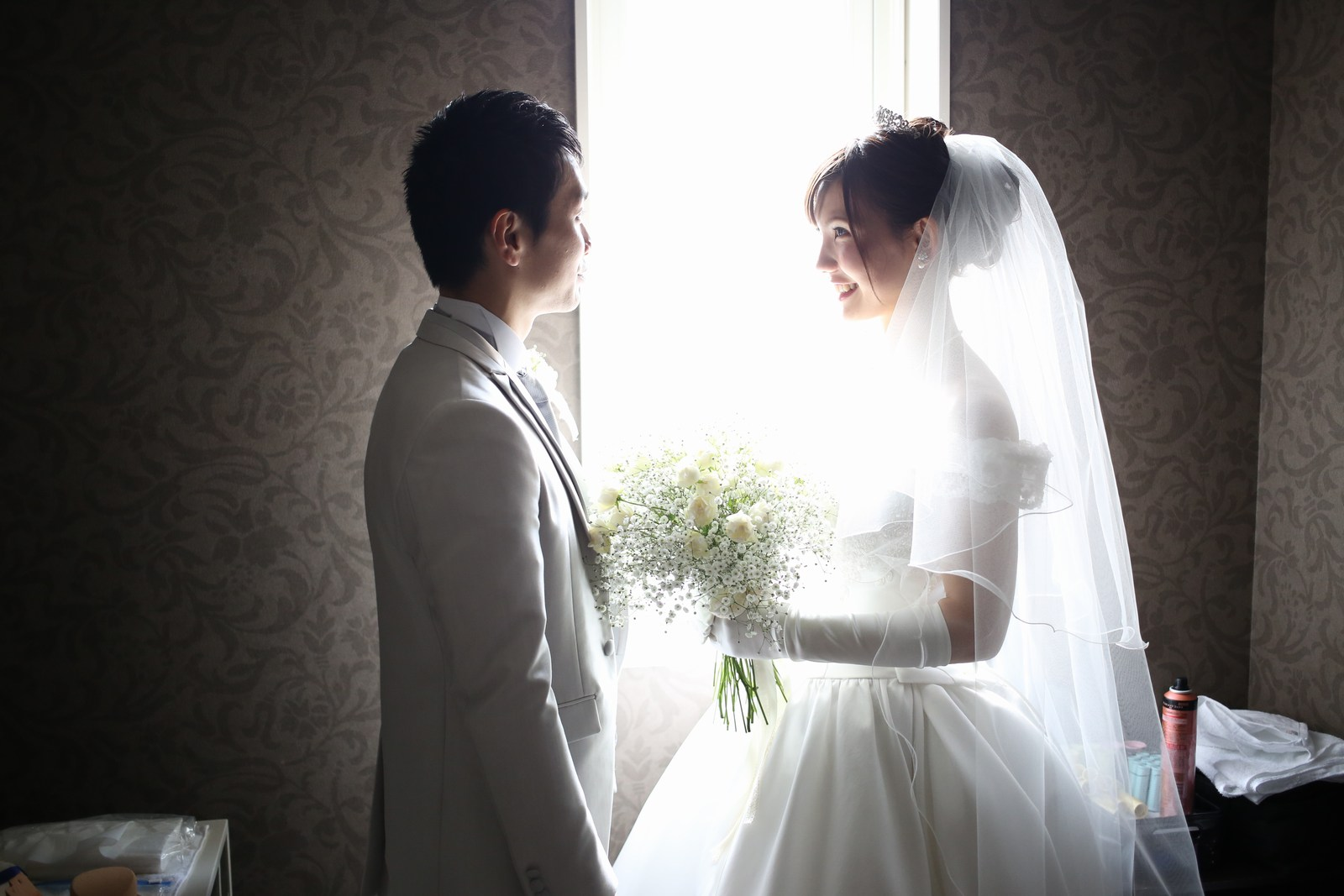 徳島市の結婚式場ブランアンジュでタキシードとウエディングドレスで記念写真を撮る新郎新婦