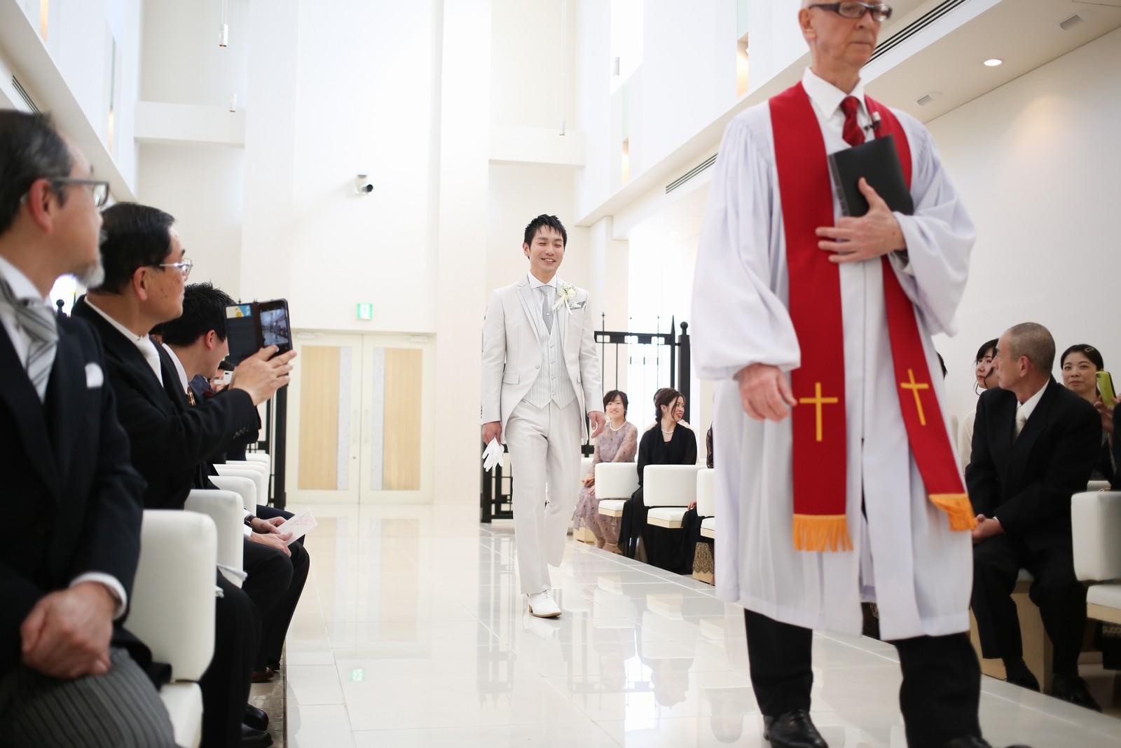 徳島市の結婚式場ブランアンジュで外国人牧師とチャペル入場する新郎