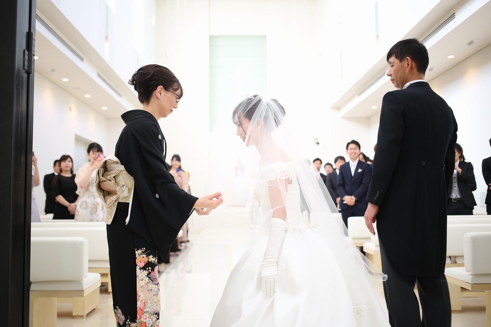 徳島市の結婚式場ブランアンジュでチャペル入場する前に行ったベールダウン