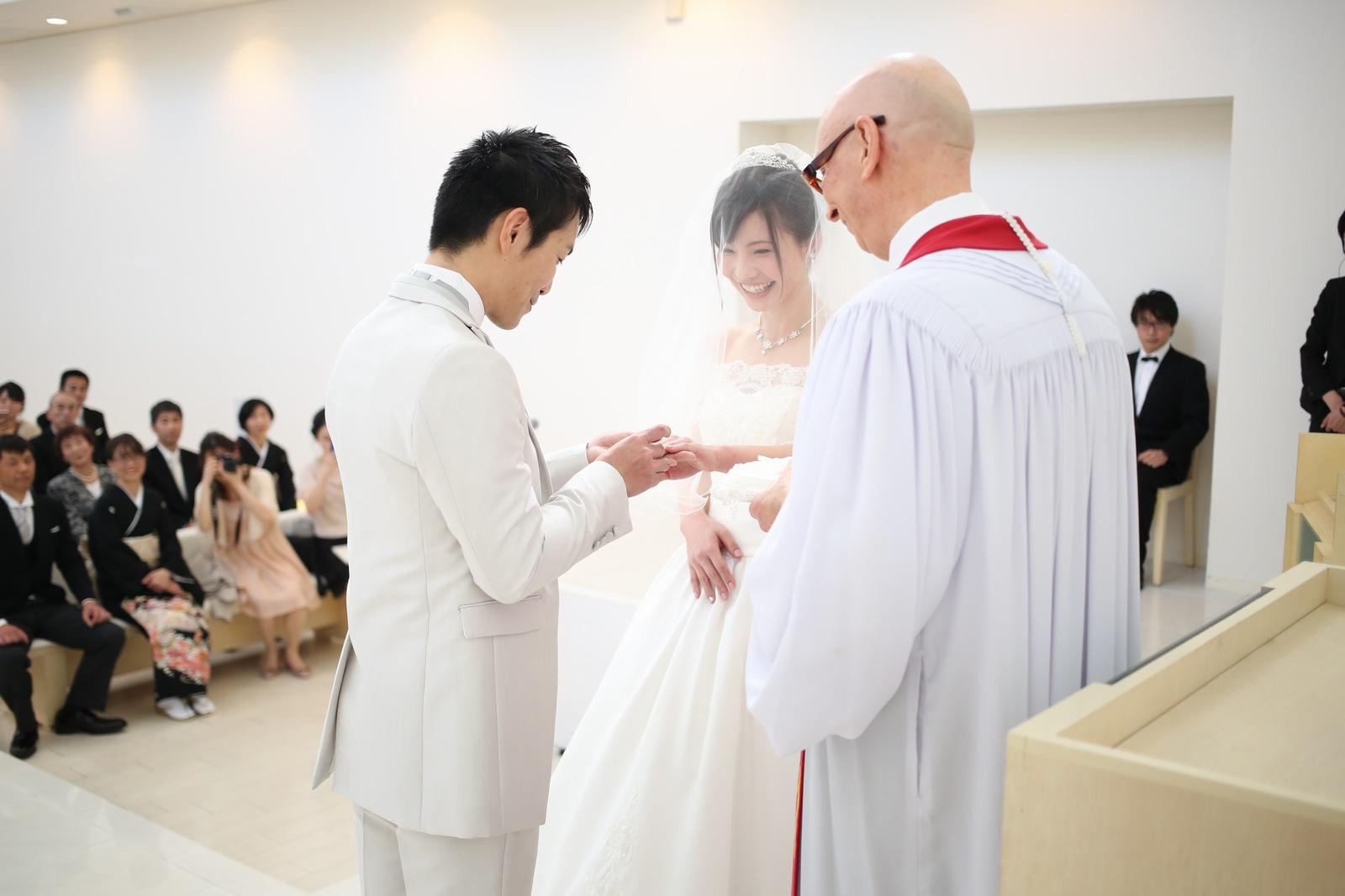 徳島市の結婚式場ブランアンジュで挙式中に結婚指輪の交換を行う新郎新婦様