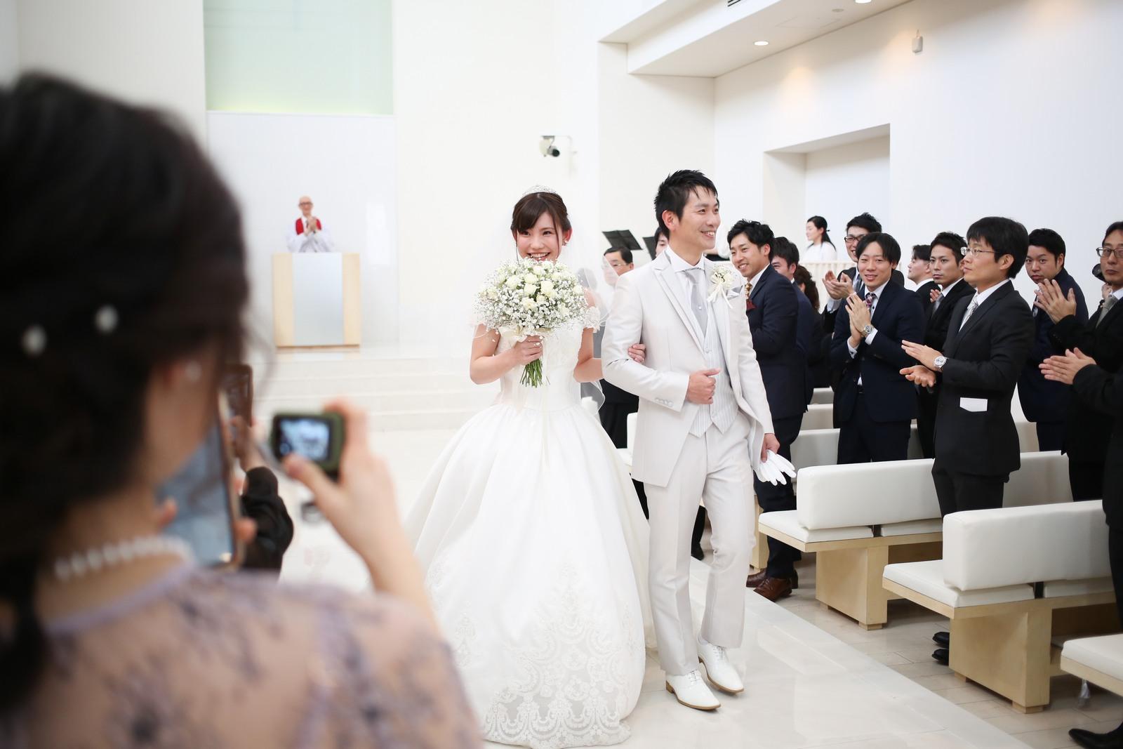徳島市の結婚式場ブランアンジュでチャペルから退場する新郎新婦