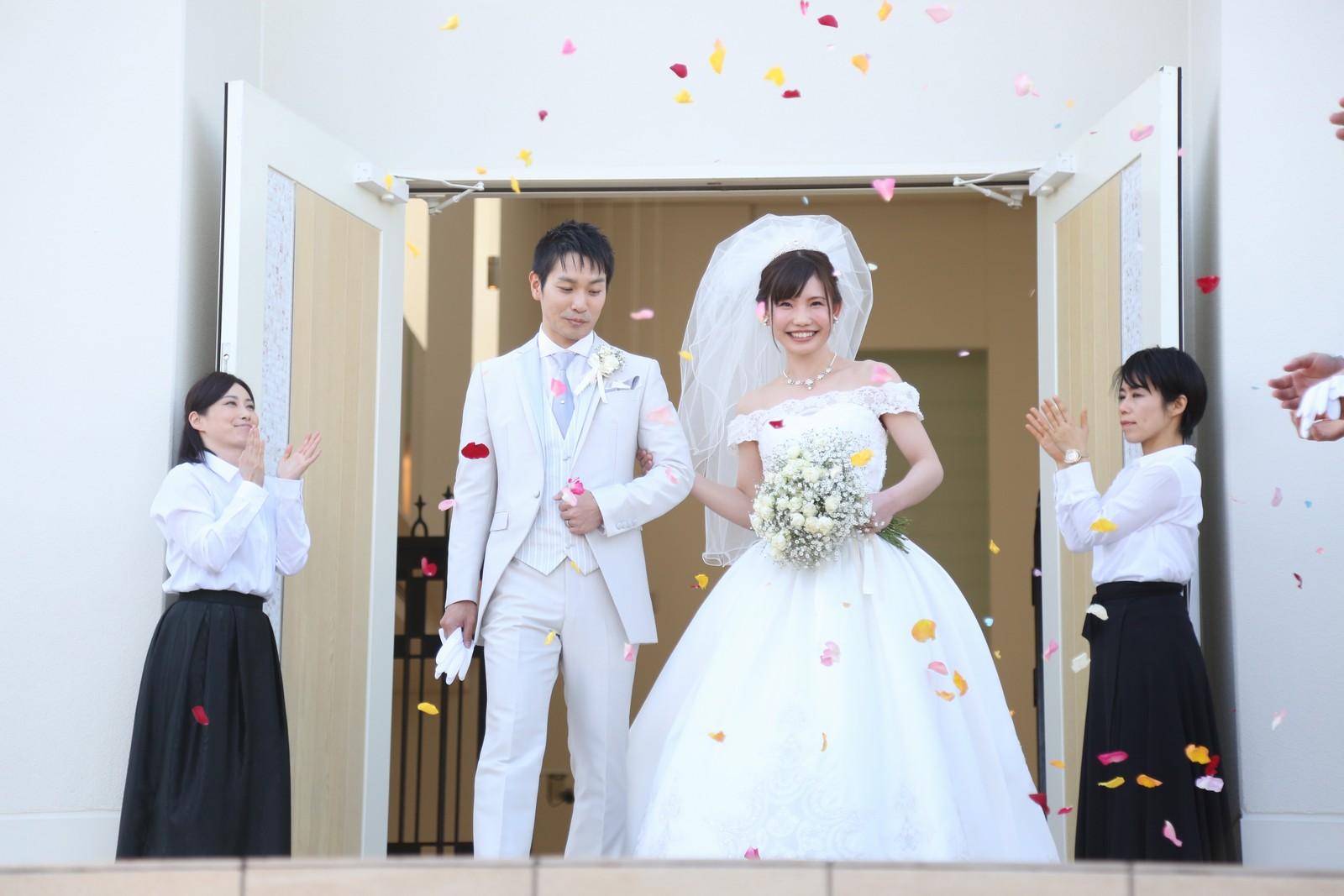 徳島市の結婚式場ブランアンジュで扉から大階段へ登場した新郎新婦