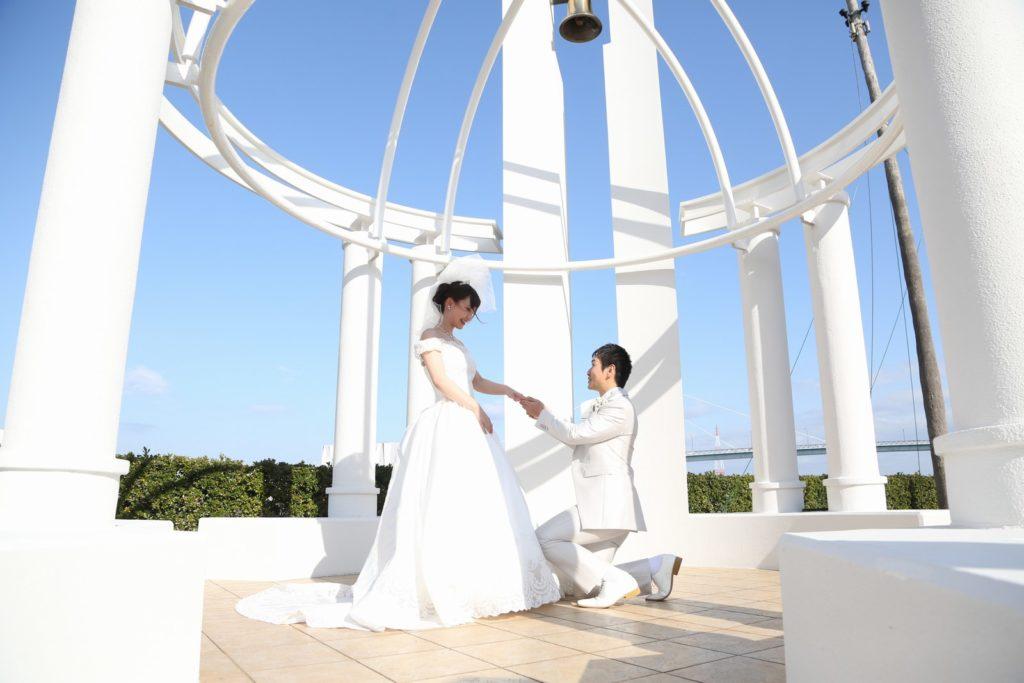徳島市の結婚式場ブランアンジュのガゼボで記念写真を撮影している新郎新婦