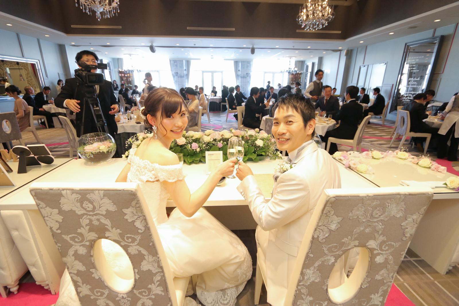 徳島市の結婚式場ブランアンジュで乾杯をしているメインテーブルの新郎新婦