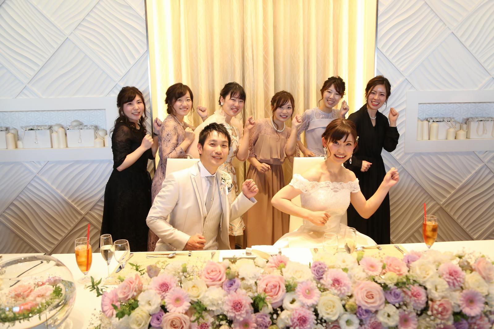 徳島市の結婚式場ブランアンジュでゲストとお揃いのポーズで記念写真
