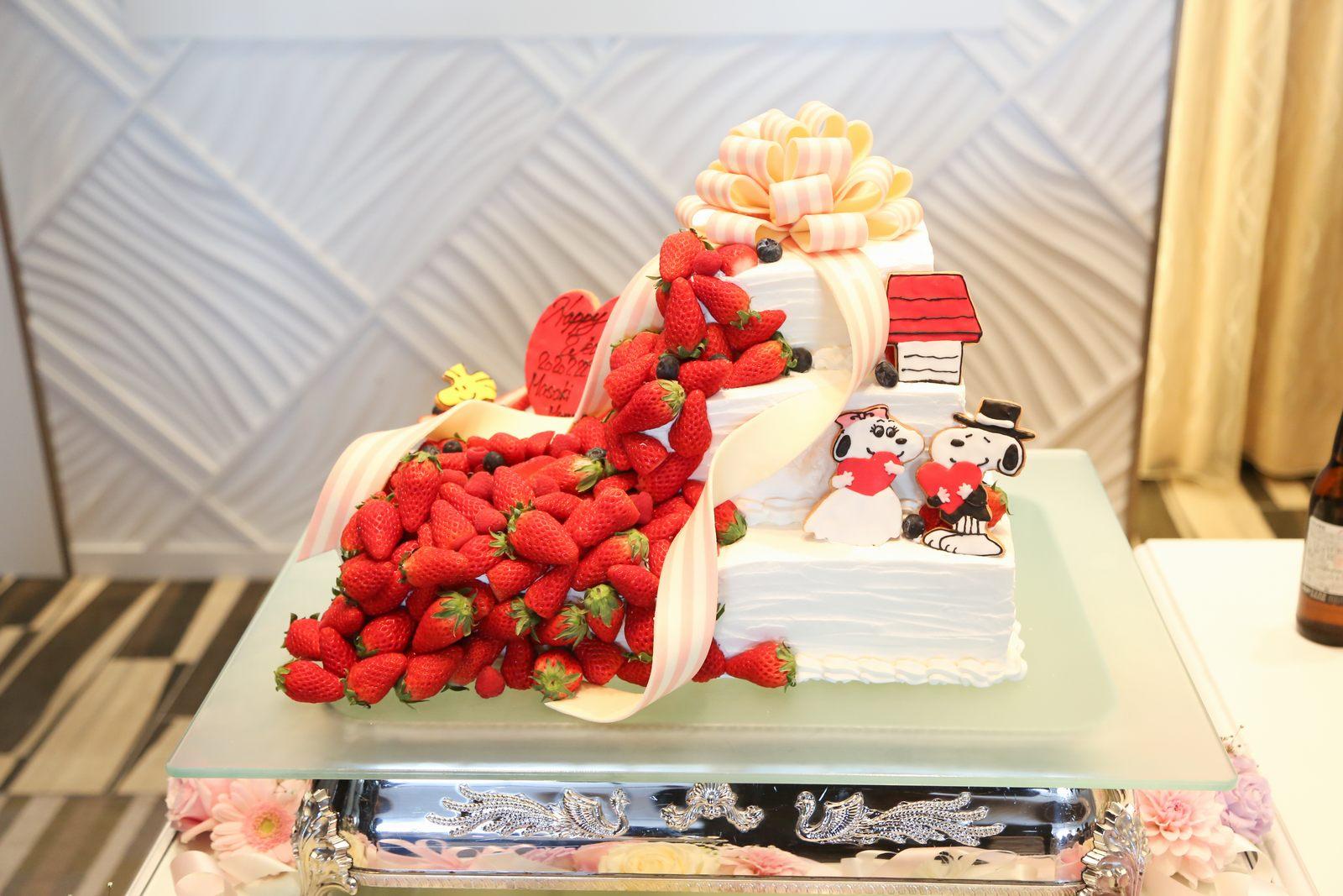 徳島市の結婚式場ブランアンジュで大好きなスヌーピーと苺が溢れそうなウエディングケーキ