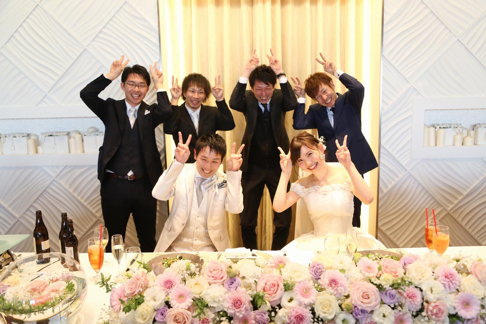 徳島市の結婚式場ブランアンジュの披露宴会場でゲストとお揃いポーズで楽しく記念写真