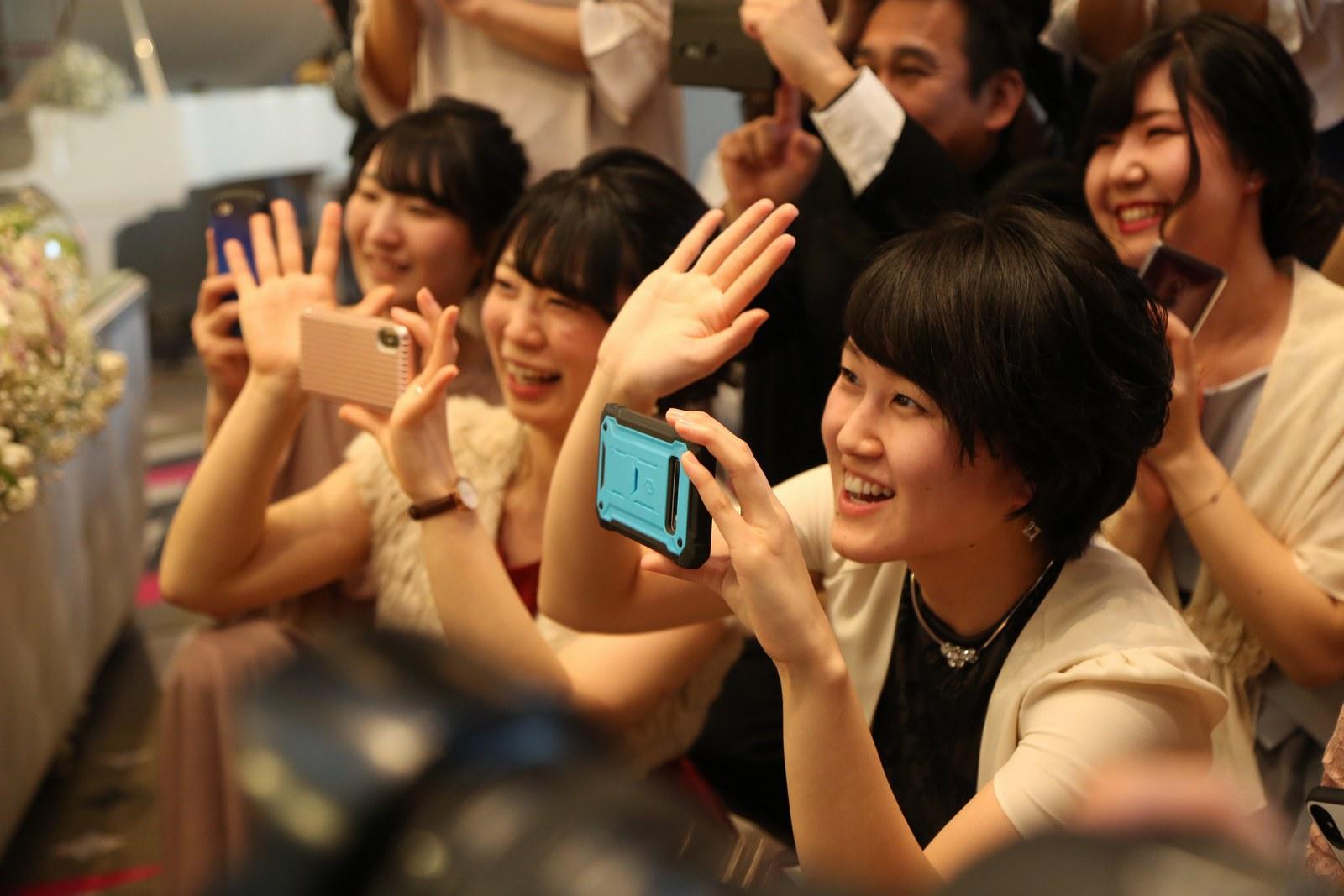 徳島市の結婚式場ブランアンジュでウエディングケーキ入刀の写真を撮影しているゲスト