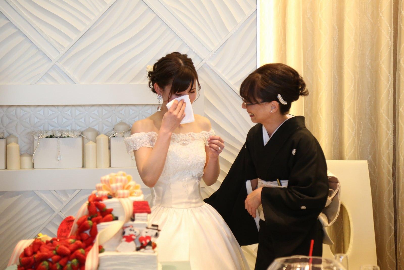 徳島市の結婚式場ブランアンジュでお母様の横で感極まり泣いている新婦