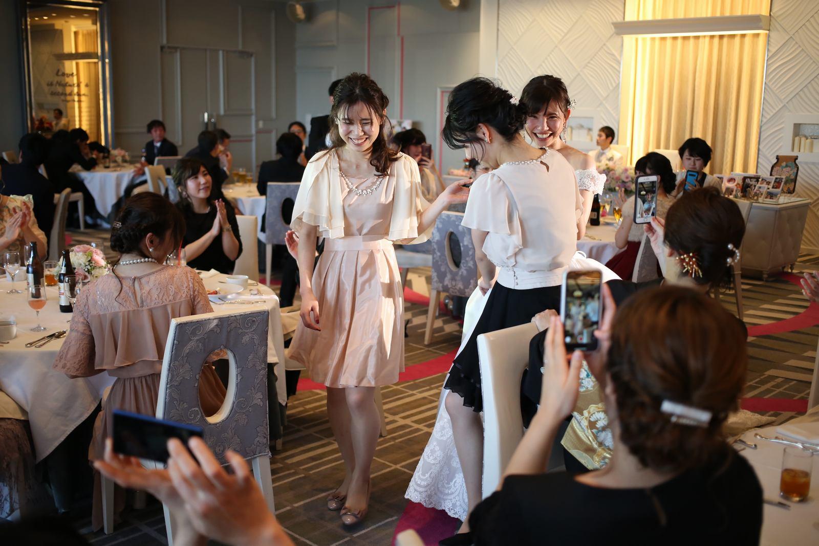 徳島市の結婚式場ブランアンジュで2人の妹様と退場する新婦