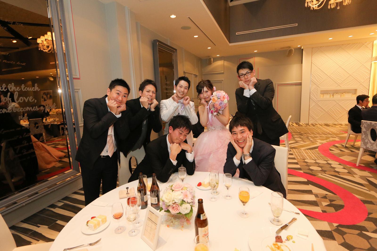 徳島市の結婚式場ブランアンジュでくじで引いたお揃いポーズでフォトサービス