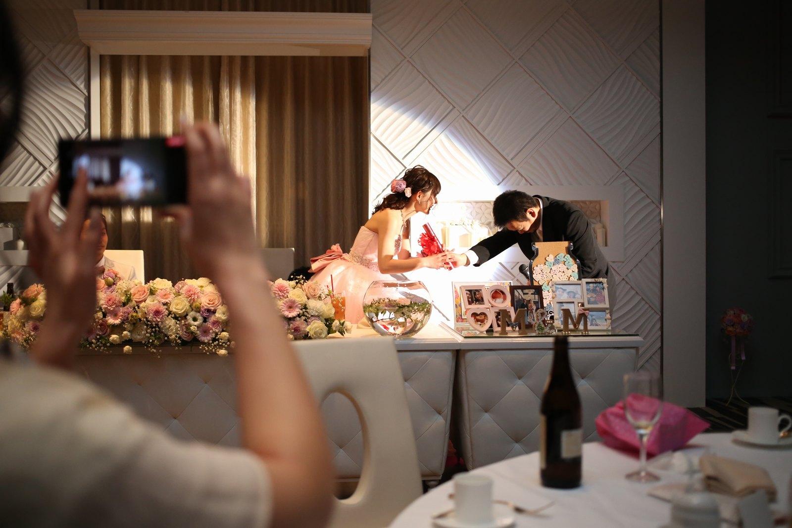 徳島市の結婚式場ブランアンジュでゲストと新婦の感動的なワンシーン