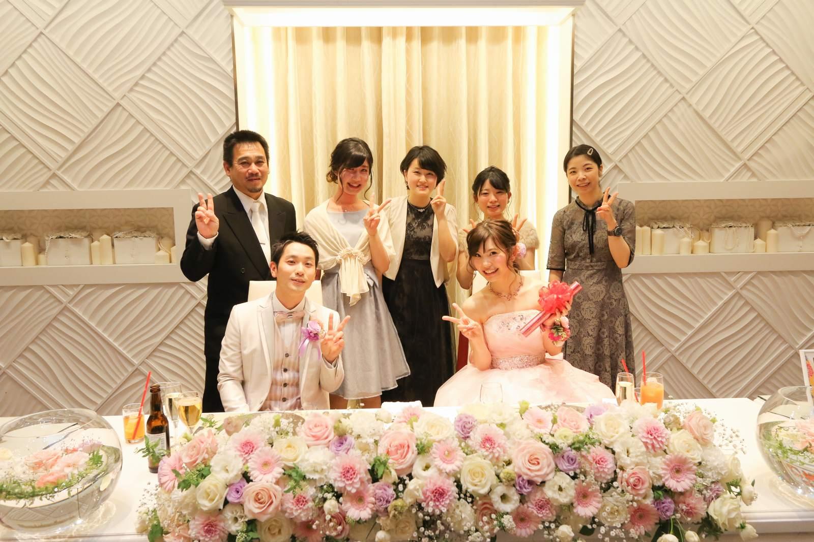 徳島市の結婚式場ブランアンジュのメインテーブルで記念写真