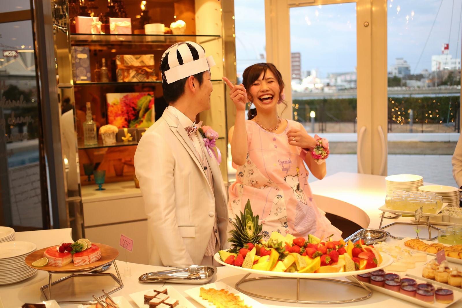 徳島市の結婚式場ブランアンジュの披露宴会場デザートビュッフェカウンターで笑顔あふれる新婦