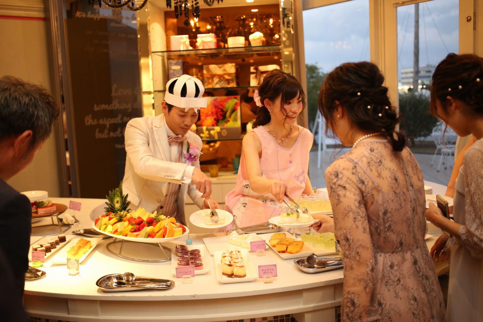 徳島市の結婚式場ブランアンジュで手作りしたスヌーピーの帽子をかぶりデザートを取り分ける新郎新婦