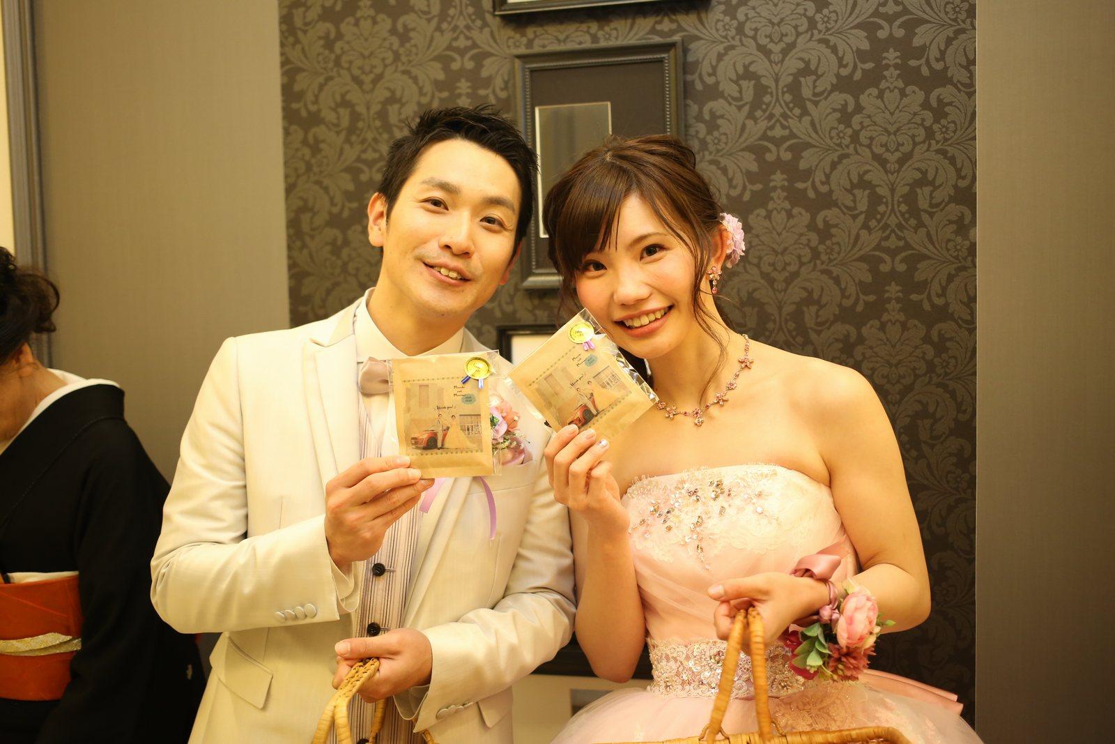 徳島市の結婚式場ブランアンジュでお見送りしている新郎新婦