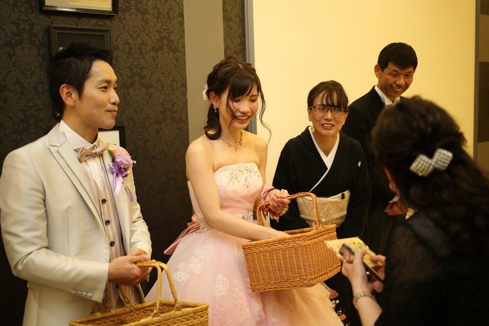 徳島市の結婚式場ブランアンジュでゲスト様にお見送りプレゼントを渡す新婦