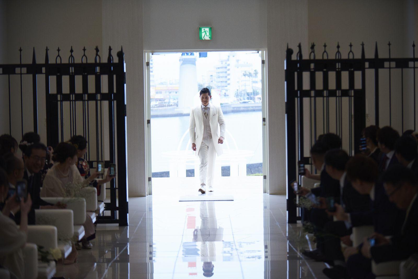 徳島市の結婚式場ブランアンジュでチャペルに入場する新郎様