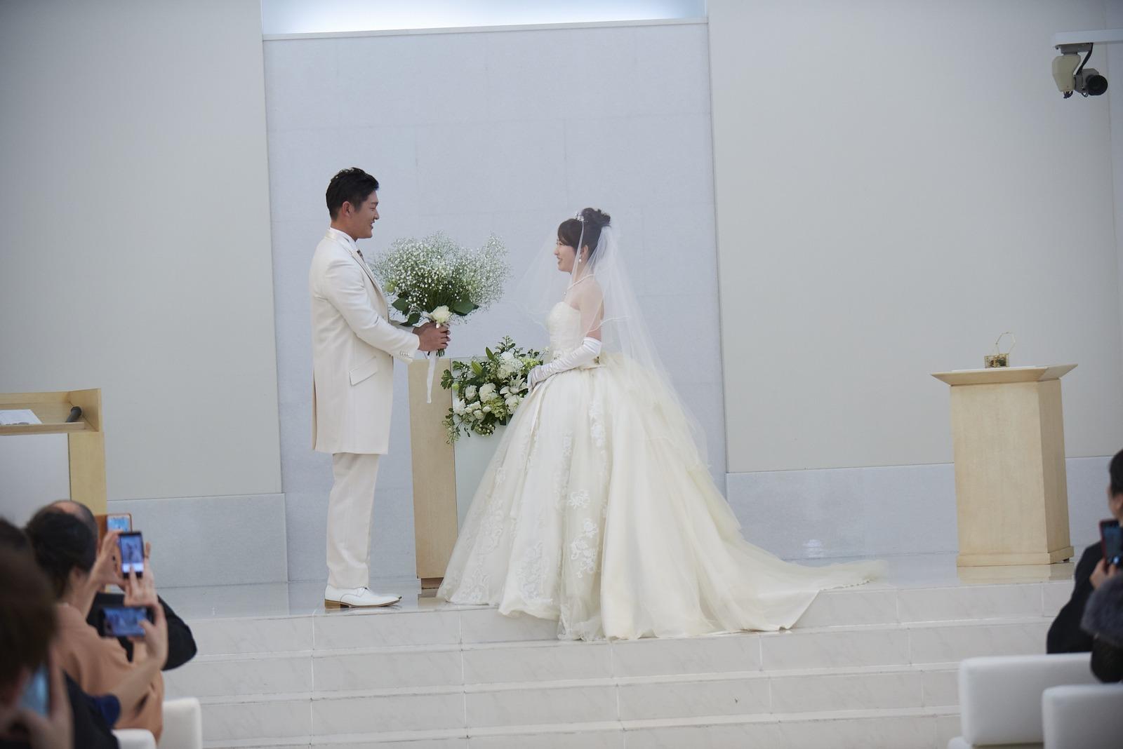徳島市の結婚式場ブランアンジュでブーケブートニアセレモニーをする新郎新婦様