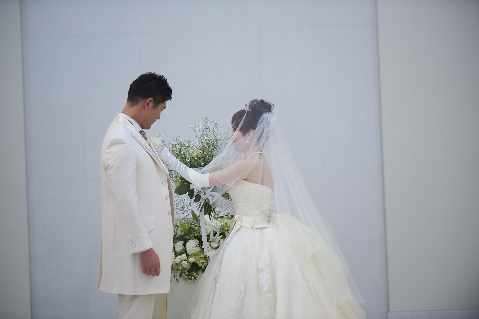 徳島市の結婚式場ブランアンジュで受け取ったブーケからブートニアを返す新郎様