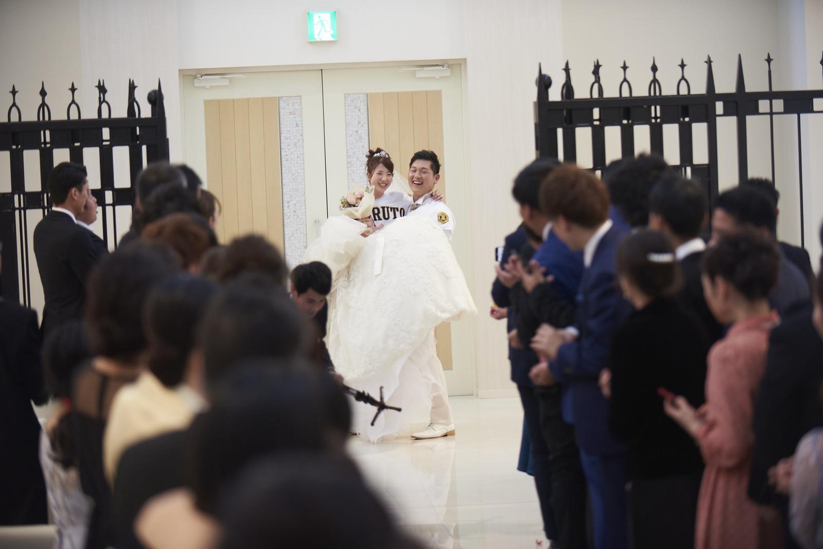 徳島市の結婚式場ブランアンジュでお姫様抱っこで登場した新郎新婦様