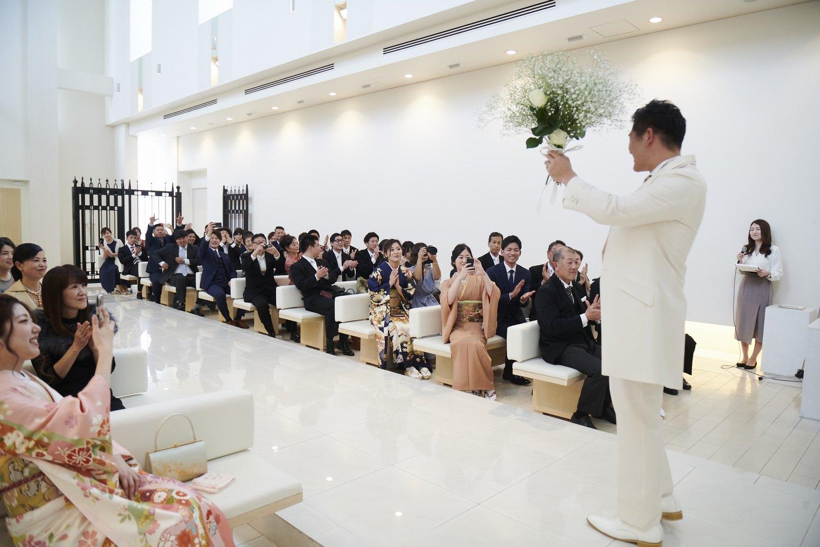徳島市の結婚式場ブランアンジュでゲスト様から受け取った花でブーケを完成させた新郎様