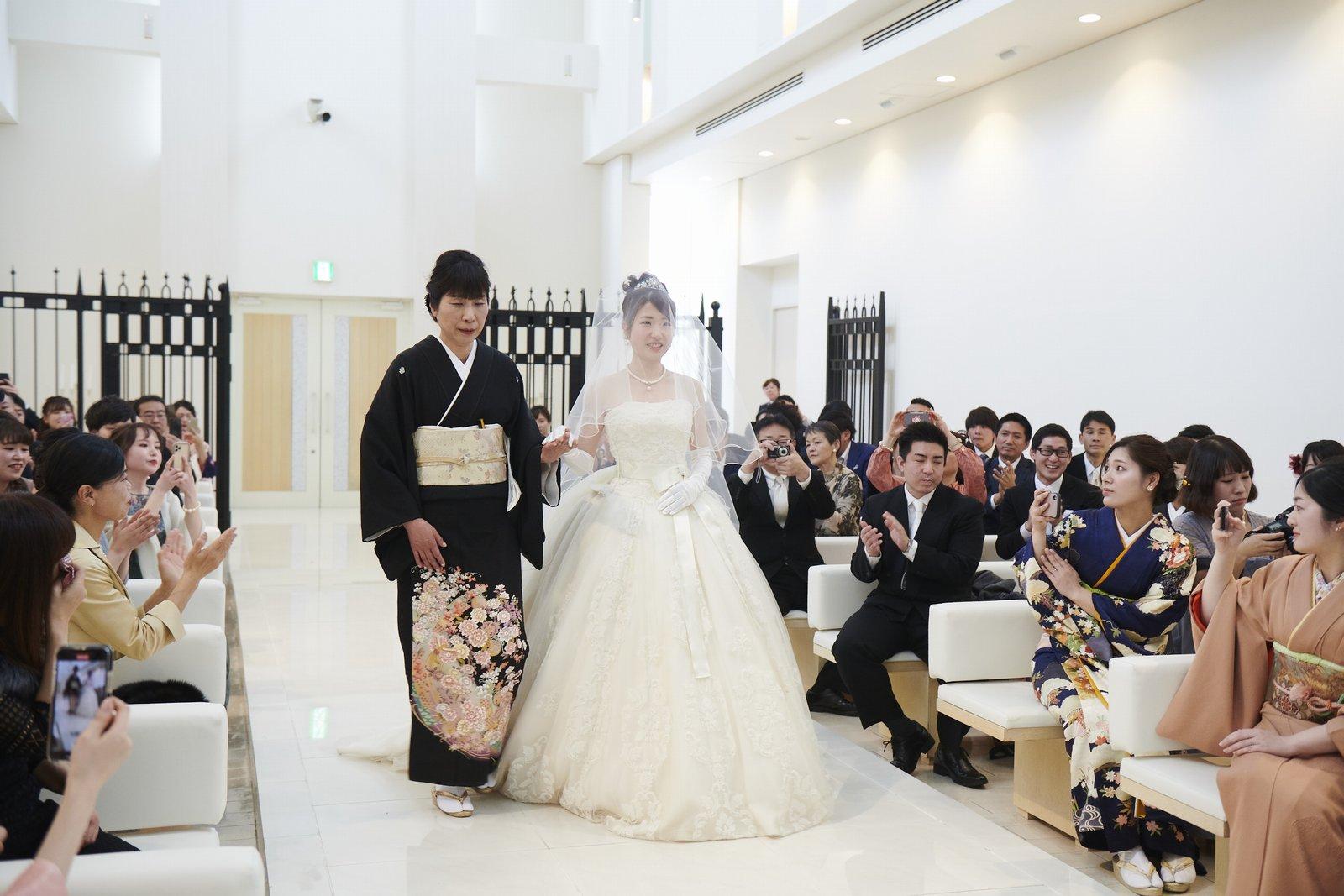 徳島市の結婚式場ブランアンジュでお母様と一緒に入場する新婦様