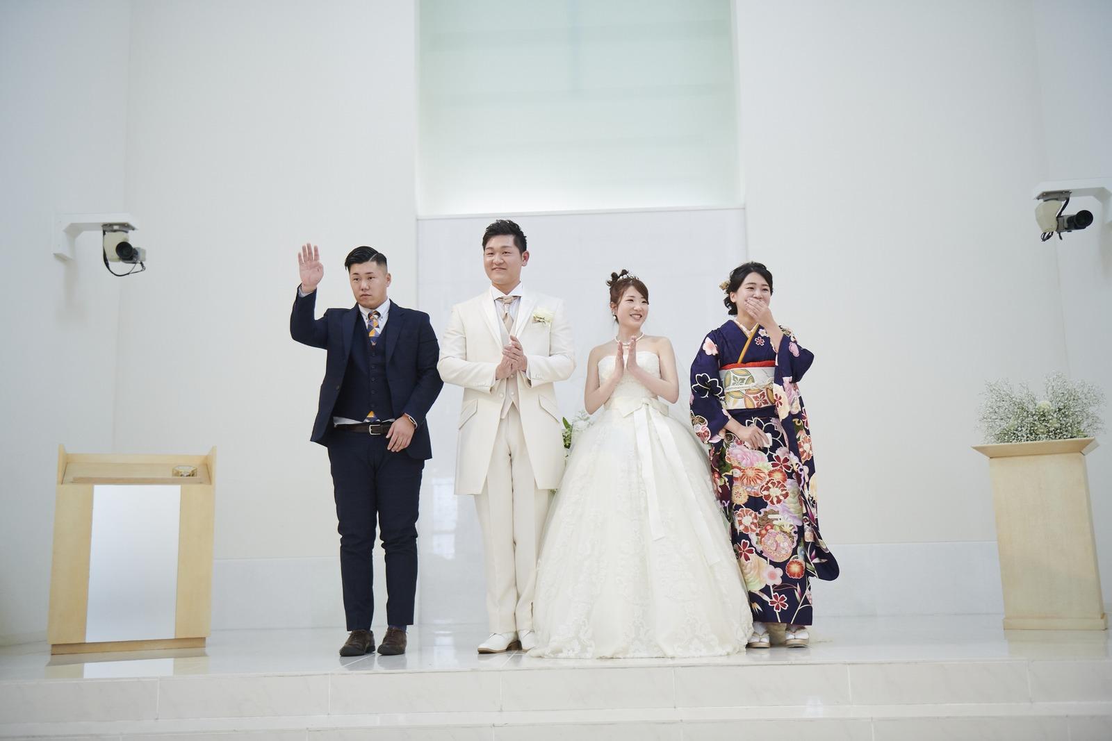 徳島市の結婚式場ブランアンジュの人前式で立会人と記念写真をとる新郎新婦様