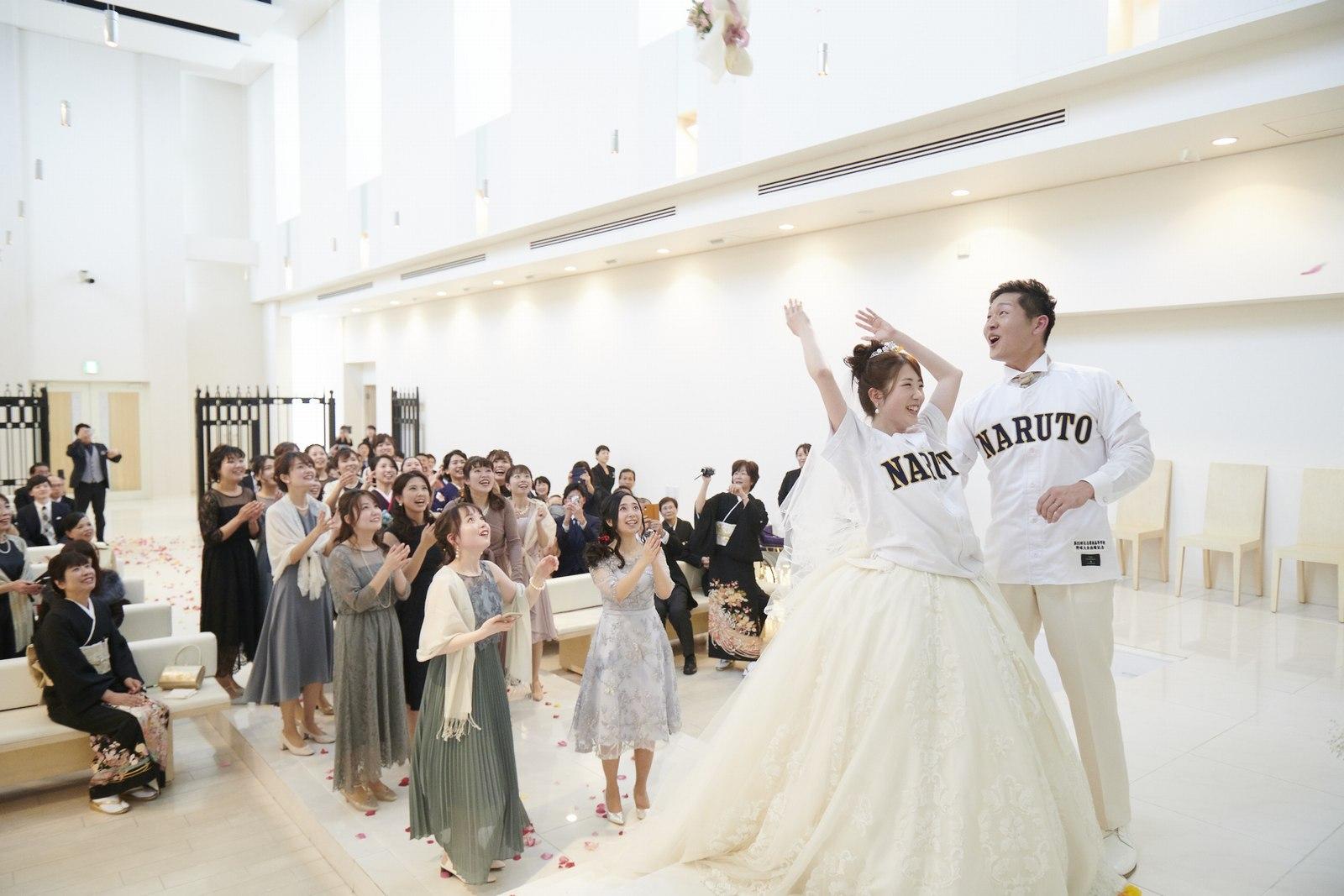 徳島市の結婚式場ブランアンジュでブーケトスをする新婦様