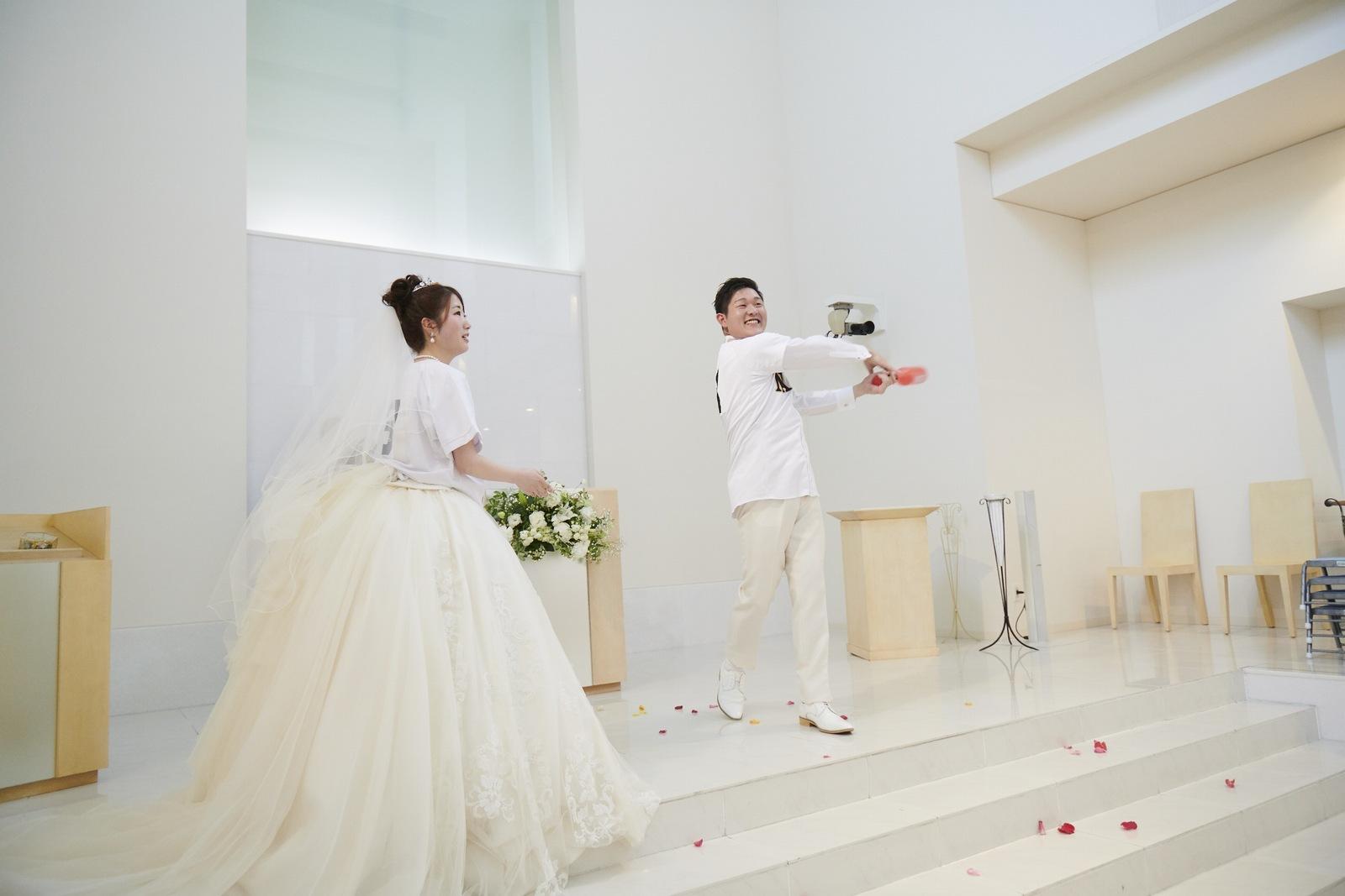 徳島市の結婚式場ブランアンジュで野球のノックをする新郎様